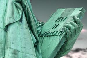 Vrijheidsbeeld houdt een tablet vast foto