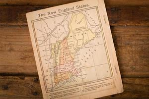 1867, kleurenkaart van de staten van New England, op houten achtergrond foto
