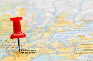 rode punaise die de stad van New York op kaart markeert, selectieve nadruk foto