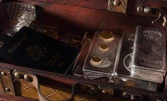 voorraad gouden en zilveren munten, baren met paspoort foto
