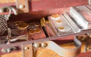 voorraad van gouden en zilveren munten, baren foto