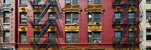 panorama van rode en gele bakstenen appartementengebouw in chinatown foto