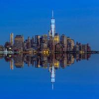 manhattan skyline van jersey bij avondschemering foto