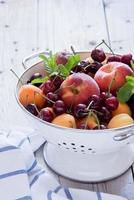 vergiet van gemengd fruit en bessen foto