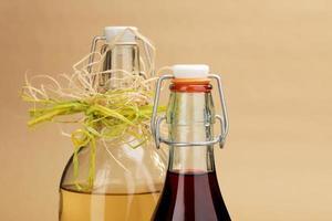 zelfgemaakte rode en witte wijnen in klassieke flessen foto