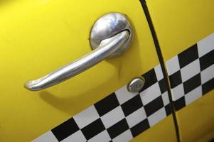 ouderwetse gele checker cab close-up foto