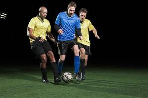 voetballers tackelen op het veld foto