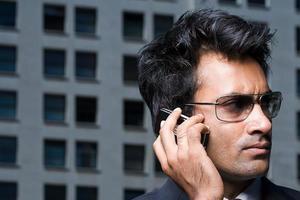 zakenman op mobiele telefoon foto