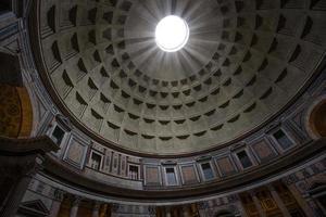 schacht van licht schijnt door oculus van pantheon foto
