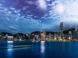 nacht uitzicht op de haven van Victoria in Hong Kong foto