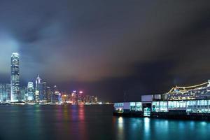 nacht uitzicht op de haven van Victoria foto