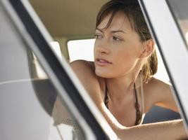 vrouw in camper tijdens road trip foto