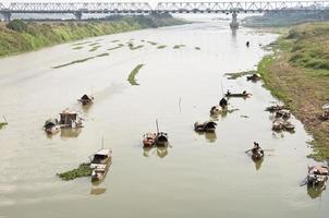 de rode rivier in Hanoi foto