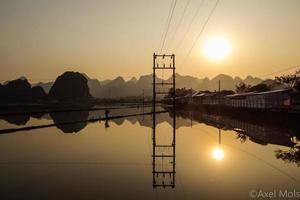 noorden Vietnamese zonsondergang reflectie foto