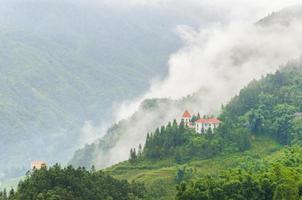 Sapa Valley City in de mist, Vietnam foto