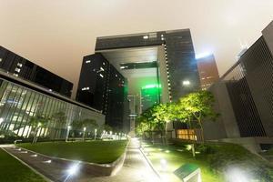 de moderne gebouwen en het stadspark