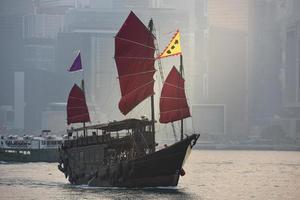 de rommel in de haven van hong kong foto