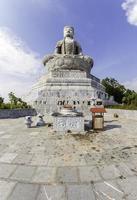 reusachtige Boeddhabeeld in phat tich pagode op tiendu mountian foto