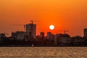 zonsondergang op West Lake foto