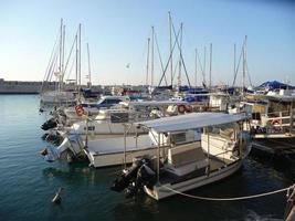 boten in de haven van jaffa, israël foto