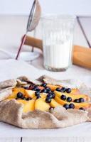 koekjes bakken met perzik en bosbes foto