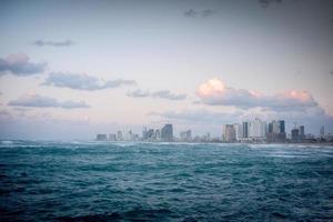 de skyline van tel aviv met mooie wolken erboven foto
