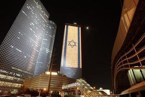 het azrieli centrum in tel aviv, israël 's avonds verlicht foto