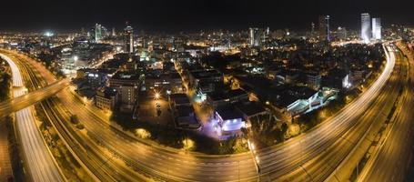 tel aviv nacht skyline van de stad foto