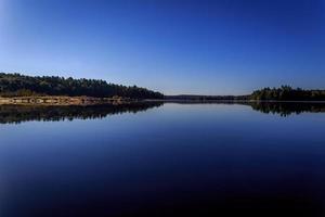 spiegel meer en kustlijn foto
