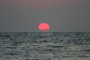 zonsondergang op het strand van Tel Aviv foto