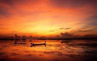zonsopgang bij het meer van verhaal noi, Thailand