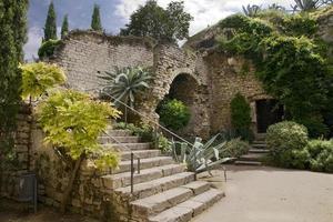 muren en trappen in de oude stad van gerona foto
