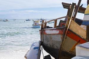 oude boot op het strand Praia do Forte, Bahia foto