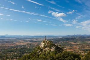 berg van sant salvador op het grote stenen kruis foto