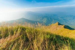 op de top van chang puak berg, kanchanaburi, thailand foto