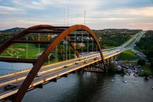 pennybacker of 360 bridge op een drukke bootdag foto