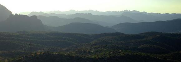 Arizona glooiende heuvels op het Apache-pad ten oosten van Phoenix foto
