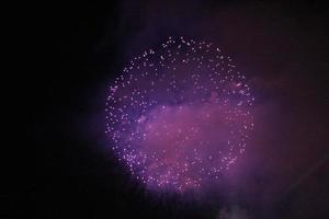 vuurwerk boven een haven van San Diego - paarse bal foto