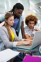 creatieve zakenmensen met behulp van laptop aan balie foto