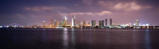 's avonds laat Coronado San Diego Bay skyline van het centrum van de stad foto