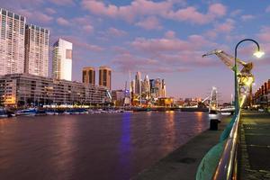 puerto madero, buenos aires argentinien bei abenddämmerung foto