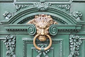 sierlijke deuropening met leeuw deurklopper, buenos aires foto