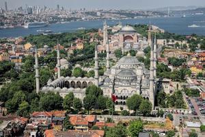 luchtfoto van blauwe moskee en hagia sophia in istanbul