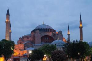 hagia sophia in het blauwe uur, istanbul, turkije foto