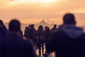 mensen in istanbul foto