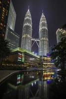 Kuala Lumpur, 11 maart 2014. Petronas Twin Towers 's nachts foto