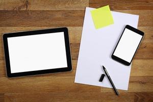 tablet, mobiele telefoon en documenten op kantoor tafel. foto