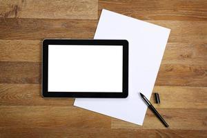 tablet en documenten op kantoor tafel. foto