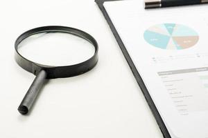 financieel documenteren met vergrootglas. winst zoeken foto