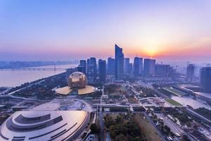 moderne stadsgezicht en verkeer tijdens de dageraad foto